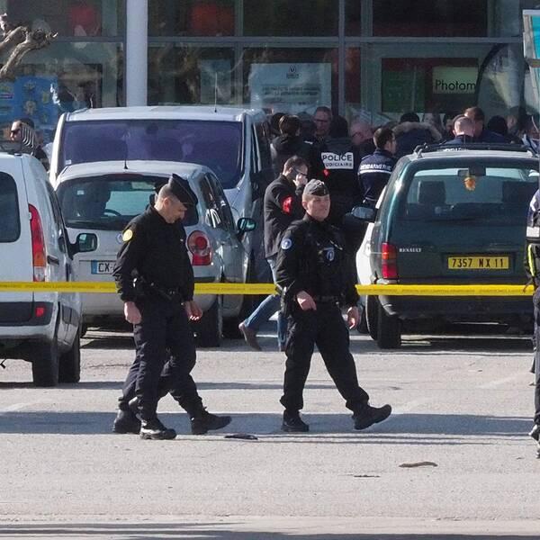 Bild från polisinsatsen i Trèbe. Den polisman som befann sig i butiken är ännu oidentifierad.