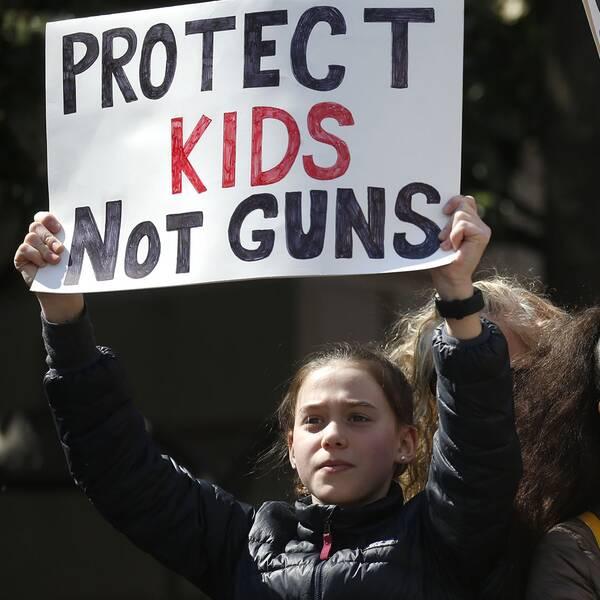 Barn som demonstrerar mot vapen.