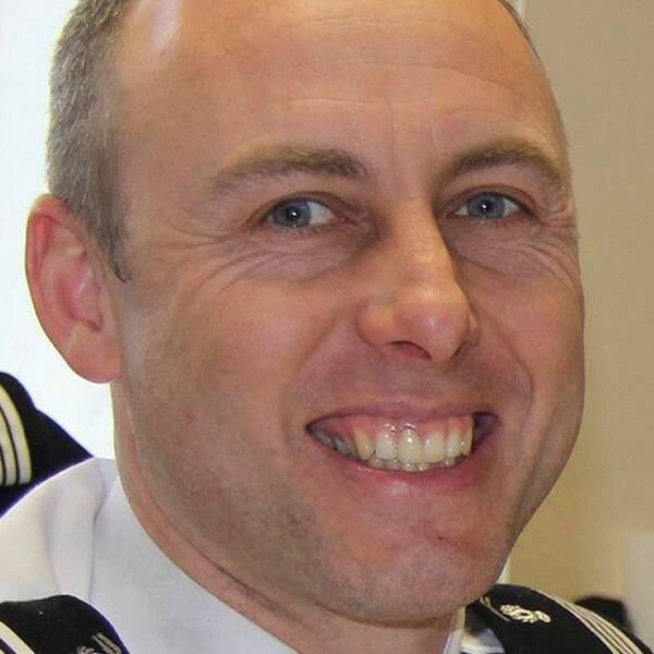 Polisen Arnaud Beltrame, som hyllas som hjälte efter terrordådet i sydfranska Trèbes, dog av sina skador på sjukhuset.