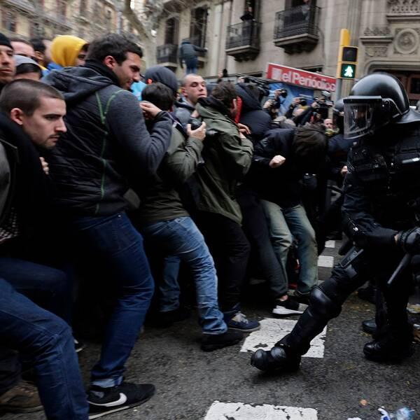 Sammandrabbningar mellan självständighetsdemonstranter och polis i Barcelona under söndagen.