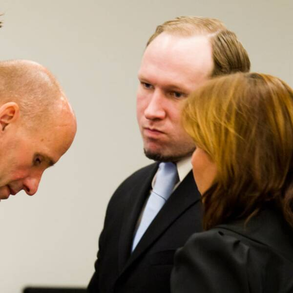 Här är Breivik med försvarare Geir Lippestad och Vibeke Hein Baera.