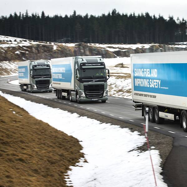 Lastbilskonvojer där bara den främsta bilen körs av aktivt av en förare ska nu testas inom EU.