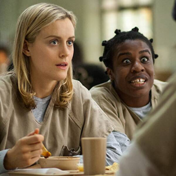 "Taylor Schilling ochUzo Aduba i Netflixserien ""Orange is the new black""."
