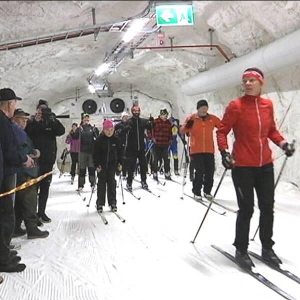 skidåkare i skidtunneln i Gällö vid invigningen