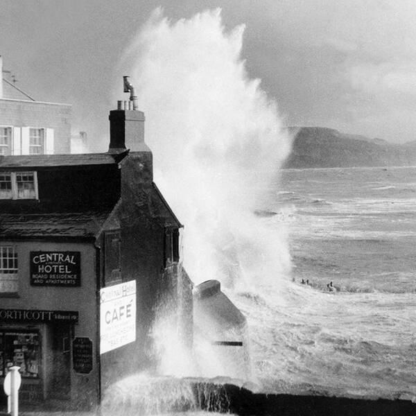Höga vågor slår in mot kusten i Storbritannien hösten 1937.