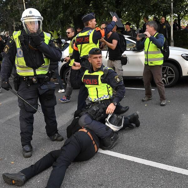 Nordiska motståndsrörelsen (NMR) hejdas av polis vid Fokushuset på Fabriksgatan under demonstration i Göteborg