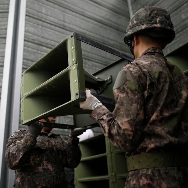 Sydkoreanska soldater monterar ner propagandahögtalare.