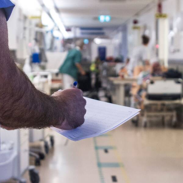 Sjukhuskorridor med patienter och läkare.