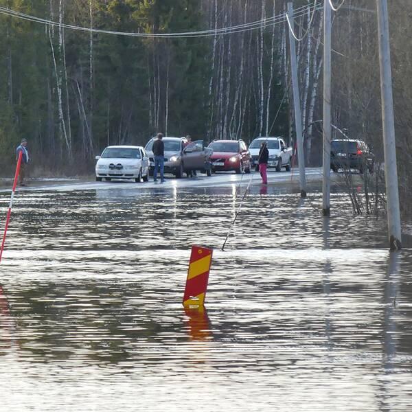 Översvämmade vägar 1,5 mil norr om Boden.