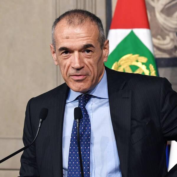 Den tidigare IMF-chefen Carlo Cottarelli i uppdrag att bilda en tillfällig regering i Italien.