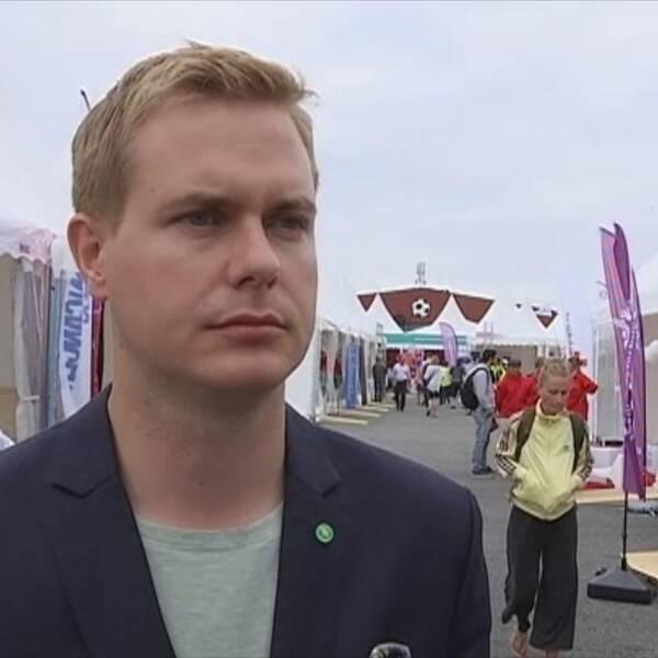Miljöpartiets språkrör Gustav Fridolin håller tal på onsdagskvällen på Järvaveckan.