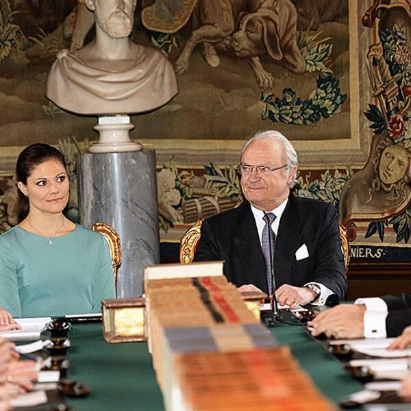 Kung Carl Gustaf håller konselj på slottet för att informera om att prinsessan Madeleine och Chris O'Neills dotter ska heta Leonore Lilian Maria och bli hertiginna av Gotland.