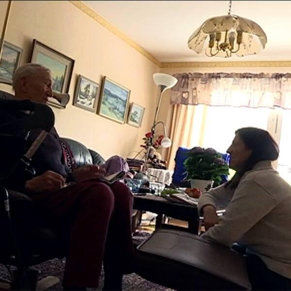 Hemtjänstpersonal hemma hos äldre farbror.