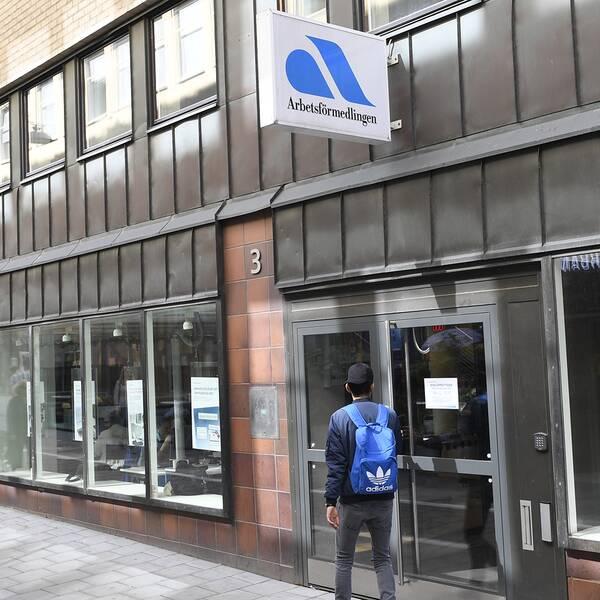 Bild på entrén till Arbetsförmedlingens kontor i Stockholm