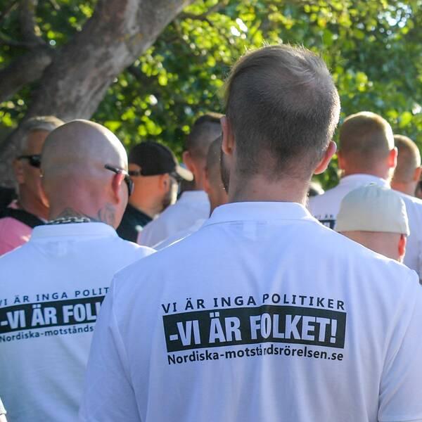 Medlemmar i Nordiska Motståndsrörelsen som stör Annie Lööfs tal under Almedalsveckan.