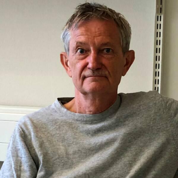 Porträtt på professor i grå tröja.