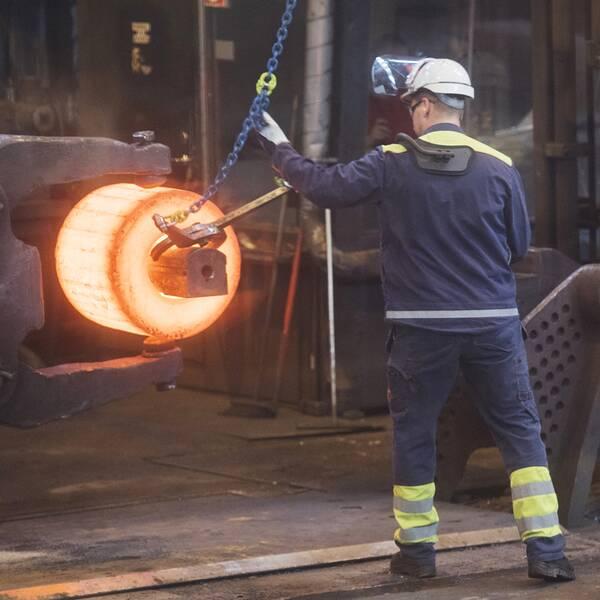 Ett stycke glödgat stål formas till en del som skall bli en del av ett lager i ett vindkraftverk på Ovako stålverk i Hofors.