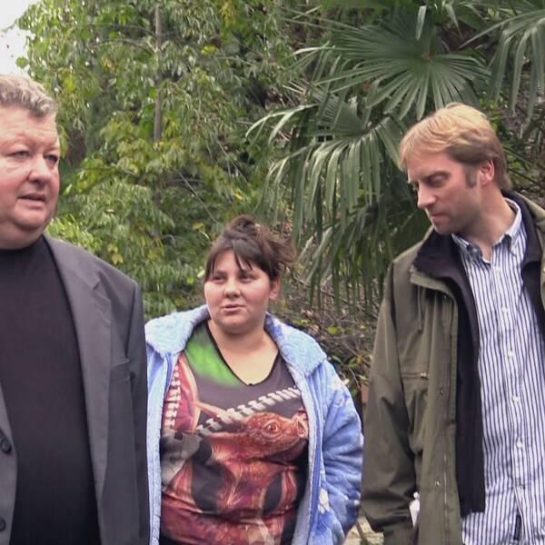 Lidmila Demirtjan med reporter Per Shapiro, till vänster i bild är familjen Demirtjans advokat.