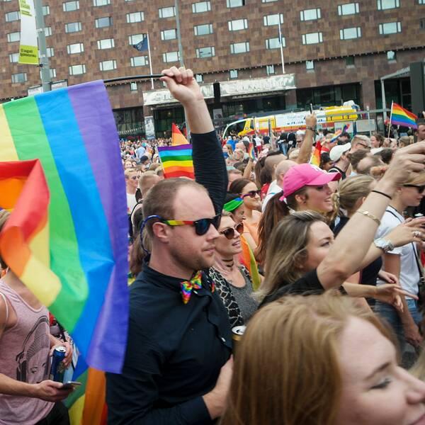 Deltagare i Prideparaden 2017 tågar genom gatorna i centrala Stockholm