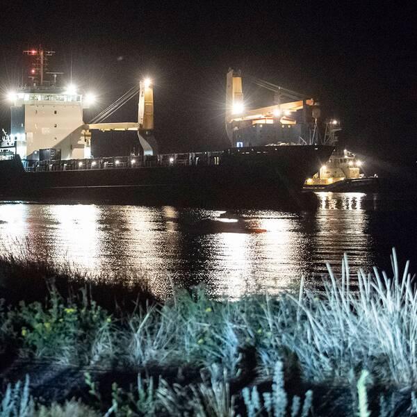 Bogserbåtar på plats vid det 130 meter långa fartyget som gått på grund utanför Råå vallar sent på fredagskvällen