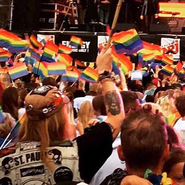 Prideparaden väl framme på Götaplatsen.