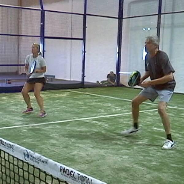 Två personer som spelar padel