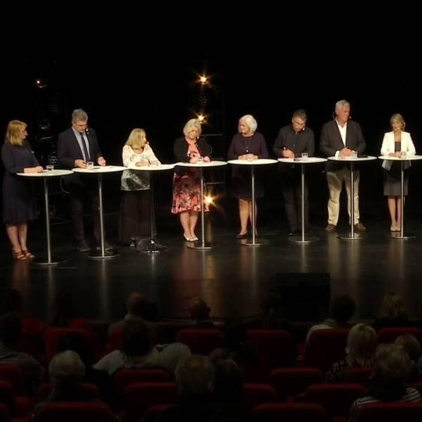 vy över flera politiker på en scen