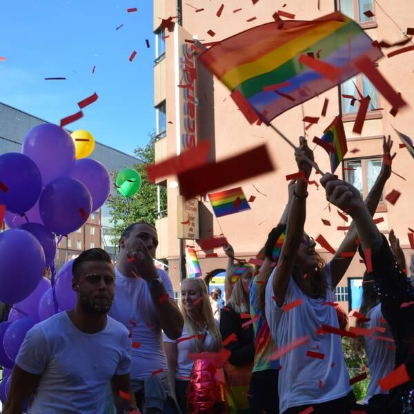 Solen lyste över Prideparaden i Örebro.