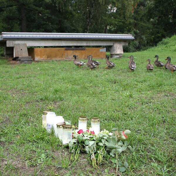 Ljus vid grönområdet och platsen i Huskvarna där den hemlöse mannen bodde och även dog i början av augusti.