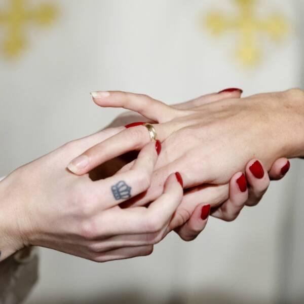 En bild på Carl Sjögren och på en hand som trär på en annan en ring.