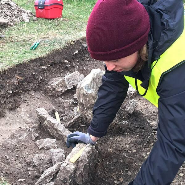 Studenternas utgrävning pågår även under nästa vecka. Men de har redan hittat flera nya fynd som tyder på att människor vistats utanför borgen bara några hundra år efter massakern.