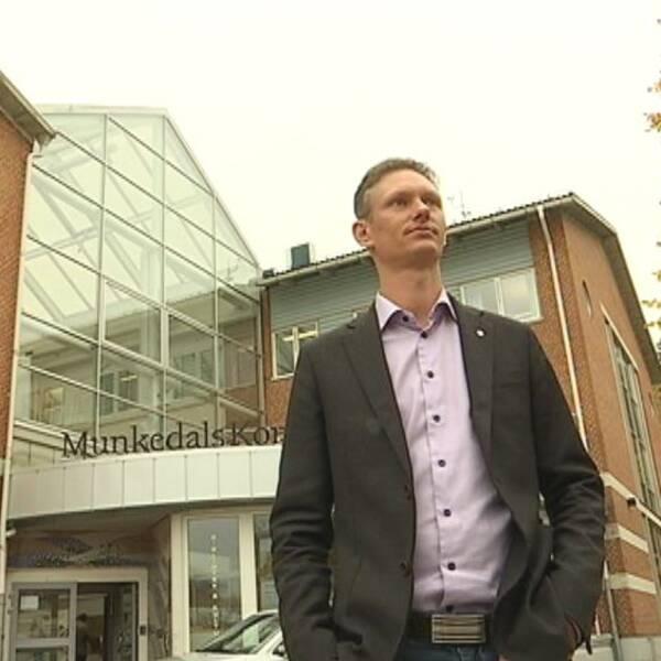 Matheus Enholm (SD) utanför kommunhuset i Munkedal