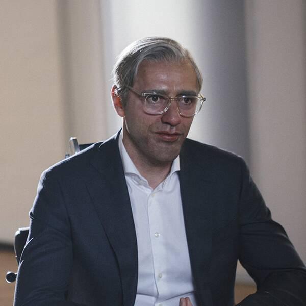 """Maskerad till oigenkännlighet berättar den avhoppade skatteadvokaten """"Benjamin Frej"""" om upplägget som lurat Europas skattebetalare på hundratals miljarder kronor."""