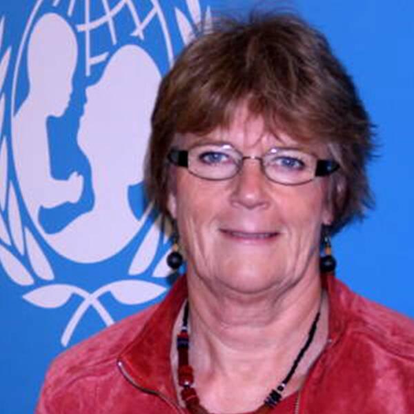Maj-Inger Klingvall står framför blåvit Unicef-skylt.