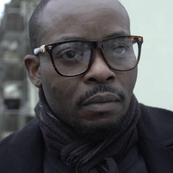 När Fidel Ogu gick från tunnelbanan i Hökarängen hälsade en främmande person på honom. Sen fick han ett livshotande knivhugg i magen. – Jag önskar att de kunde säga varför, säger Fidel Ogu.