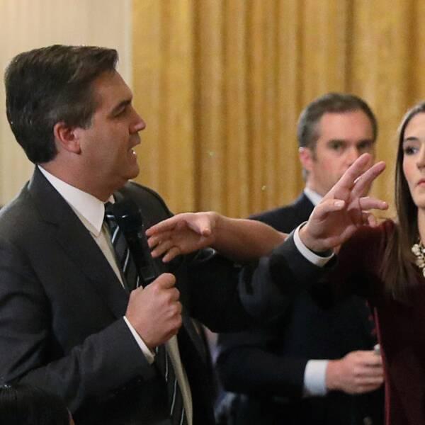 CNN-reportern Jim Acosta när han vägrar lämna mikrofonen ifrån sig och vill ställa en fråga till under presskonferensen med Donald Trump.