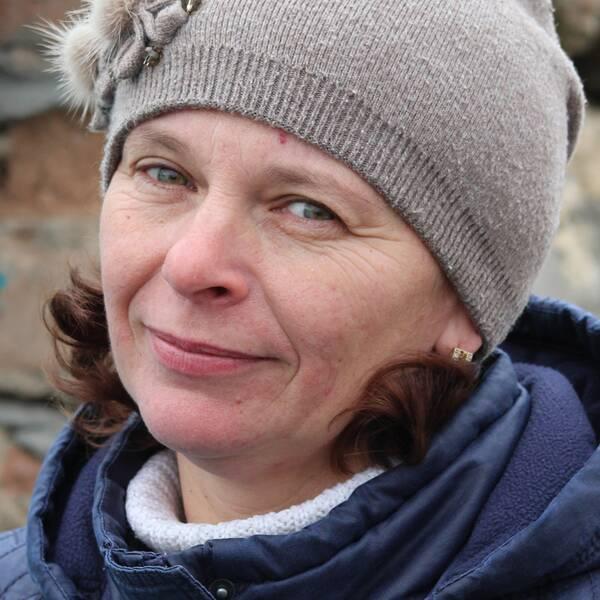 Gammalsvenskbybon Lilija Malmas (t.v) talar flytande svenska. Om kriget nu eskalerar i Ukraina hoppas hon kunna flytta till Sverige.