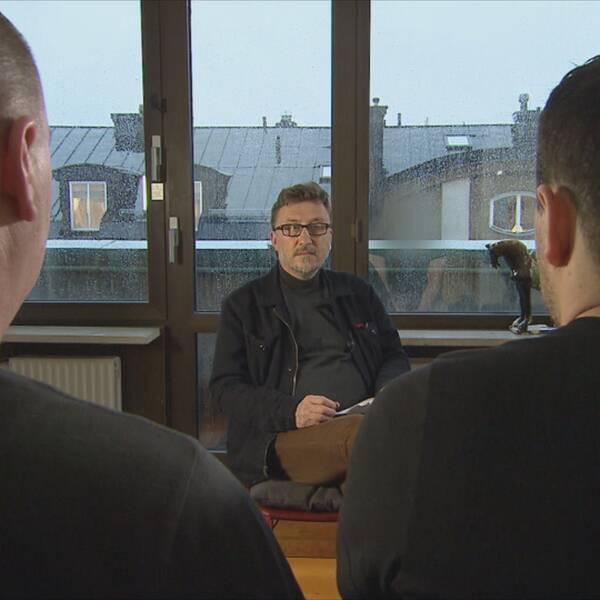 Janne Josefsson träffar de två slovakiska gästarbetare som överfölls och misshandlades av vänsteraktivister. De är fortfarande skakade av vad som hände och vågar inte visa sina ansikten.