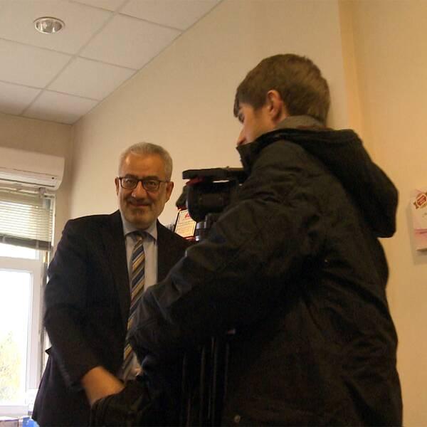 SVT:s korrespondent Tomas Thorén träffar Macchiarinis läkarkollega Cengiz Gebitekin på sjukhuset i Bursa i Turkiet.
