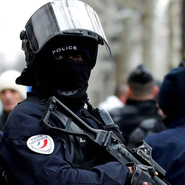 Fransk kravallpolis bevakar demonstranter
