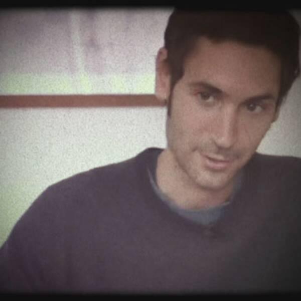 Malik Bendjelloul som reporter i ett av sina reportage i programmet Kobra.