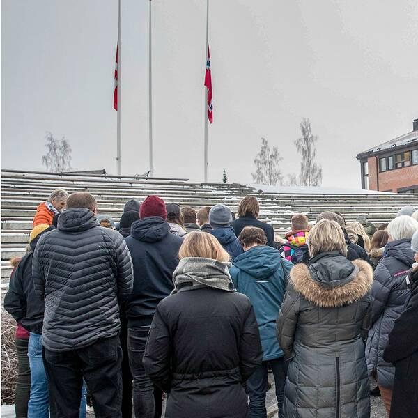 Studenter och lärare i en tyst minut utanför universitetet i Bö