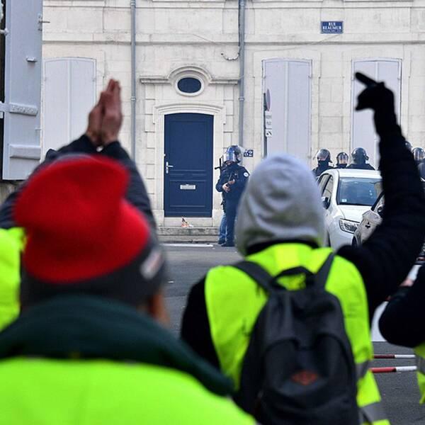Protesterna av Gula västarna i Frankrike har fortsatt efter nyår med sammandrabbningar med polis och gripanden.