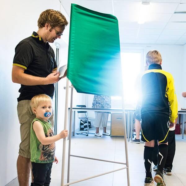 En familj röstar i EU valet vallokalen Stora Ursvik, Sundbyberg.