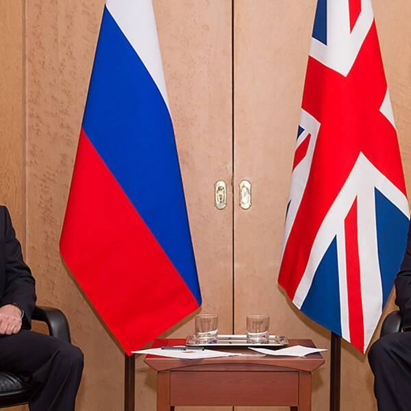 Rysslands president Vladimir Putin och Storbritanniens premiärminister David Cameron vid ett möte på Charles de Gaulle-flygplatsen i Paris 5 juni.