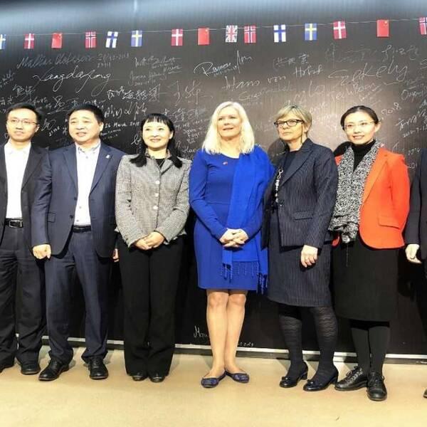 Ambassadör Anna Lindstedt under ett besök på på Kevin Lius företag Minisv. Liu trea från vänster på bilden.