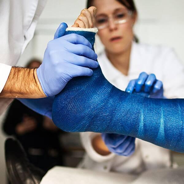 Patient får foten gipsad.