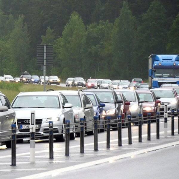 Köerna på E22 innan Söderköping ringlade dagen innan midsommarafton kilometerlånga.