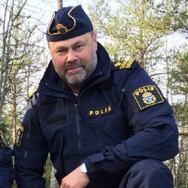 Sprängämnen samt en bild på Fredrik Moberg i polisuniform.