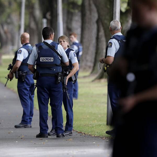 Poliser på plats vid en av de moskéer i Christchurch som attackerades.